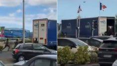Calais: des migrants courent après un camion, essayant de monter à bord… juste devant des policiers