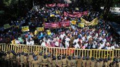 Les Sri lankais protestent contre la concession par leur gouvernement d'un important port à la Chine