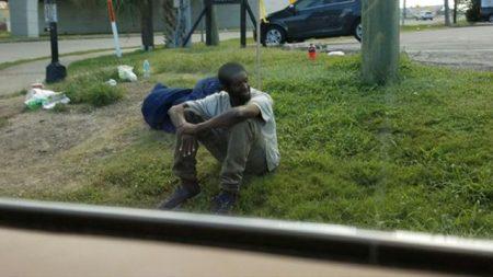 Cet homme s'est assis au même coin de rue pendant 3 ans jusqu'à ce qu'une inconnue change de vie