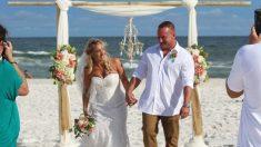 Le marié sauve un adolescent qui se noie dans la mer houleuse le jour de son mariage