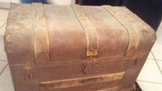 Une famille trouve le coffre de leur grand-père rempli d'objets anciens, quelques-uns vieux de plus de 100 ans