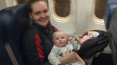 Pour rejoindre son père mourant, cette mère qui prend l'avion toute seule avec ses jumelles est touchée par la gentillesse d'une inconnue