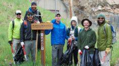 Des amis randonneurs inspirent des milliers de personnes à nettoyer les sentiers