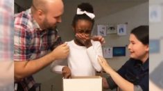 Une petite fille verse des larmes de joie en apprenant qu'elle a été adoptée avec ses frères et sœurs