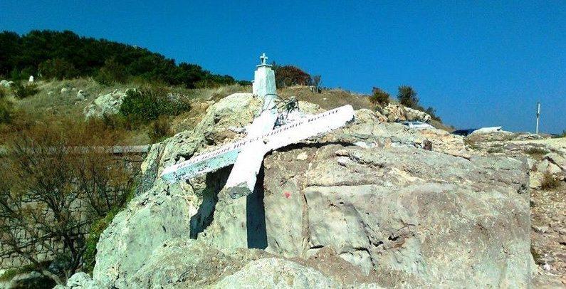 Grèce: une grande croix chrétienne détruite à Lesbos pour ne pas «offenser les migrants»
