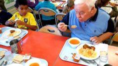 Quand la municipalité de Marquette permet aux retraités et aux enfants de manger ensemble à la cantine