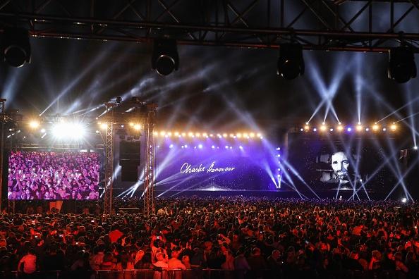 Macron avec des Arméniens pour un dernier adieu à Aznavour