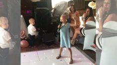 Un moment doux et amer lorsqu'une enfant de 6 ans atteinte d'un cancer chante au mariage d'un ami de la famille
