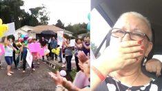 Une femme finit sa chimio et rentre chez elle pour faire face à une « manifestation » surprise de sa famille et de ses amis