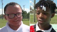 La vie à l'école s'améliore pour un garçon qui a des problèmes de peau quand un ado populaire se lie d'amitié avec lui