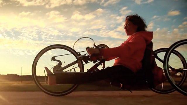 La «surfeuse scotchée» meurt à l'âge de 52 ans et laisse derrière elle une histoire inspirante pour surmonter les défis