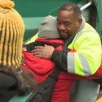 Un éboueur se donne pour mission d'aider les sans-abri après avoir découvert une famille de 4 personnes derrière une benne à ordures
