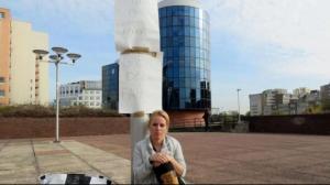 Bobigny – Une jeune femme demande l'expulsion de squatteurs dans son appartement en s'enchainant à un poteau devant le tribunal