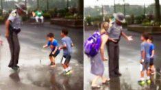 La vidéo d'un agent de police sautant dans une flaque d'eau avec 2 petits garçons fait fondre les cœurs sur les médias sociaux