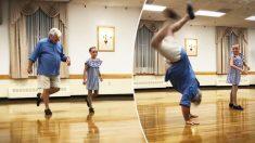 Une danseuse de claquettes de 10 ans demande à son grand-père d'être son partenaire de scène, et il impressionne tout le monde