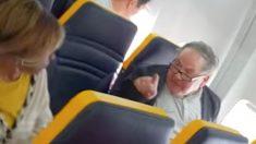 Vidéo : Un homme monte à bord d'un avion de ligne de Ryanair et lance une engueulade raciste contre une passagère dans l'avion