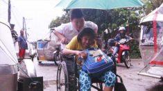 Un fils dévoué, âgé de 12 ans, s'occupe inlassablement de sa mère handicapée tout au long de son parcours scolaire
