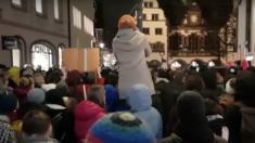 ALLEMAGNE - Ils défilaient en hommage d'une jeune fille de 18 ans violée par des migrants syriens, des militants de gauche les huent et les insultent