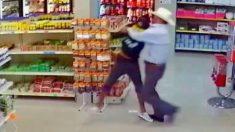 Un homme portant un chapeau de cow-boy s'empare du fusil d'un homme qui tentait de braquer une boucherie