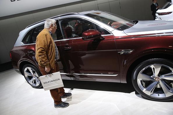 Faut-il faire un contrôle médical pour les personnes âgées au volant? La question fait débat
