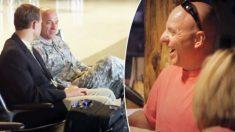 Un homme d'affaires sympathique rencontre un soldat sur un vol et décide de le remercier pour son service d'une manière unique