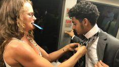 Une femme aide à nouer la cravate d'un garçon en difficulté et sa gentillesse est récompensée instantanément après avoir manqué son arrêt