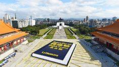 Des milliers de par le monde se rassemblent à Taipei pour former l'image d'un livre qui guide leur spiritualité