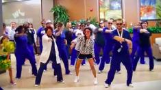 Le personnel de l'hôpital surprend une fillette de 12 ans avec sa danse et sa chanson préférées lors de son dernier jour de traitement