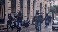 «Gilets jaunes»: un policier armé d'un flash-ball embrasse une manifestante