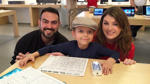 Une mère pense que son fils atteint d'une maladie du cerveau a des ennuis au magasin Apple jusqu'à ce que le personnel lui remette un cadeau