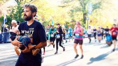 Un père sensibilise la population à la trisomie en portant son fils nouveau-né dans les bras sur la ligne d'arrivée du marathon de New York