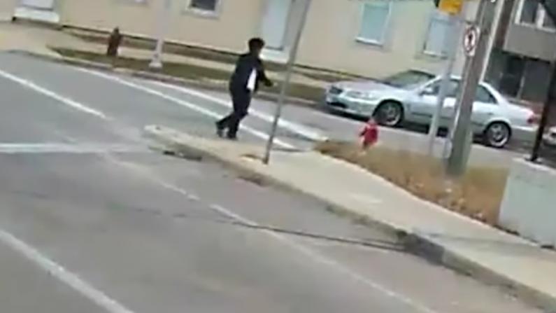 Une vidéo montre un chauffeur d'autobus en train de secourir un jeune enfant marchant pieds nus sur le viaduc d'une autoroute