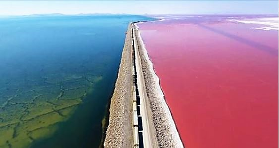 Des images provenant d'un drone mettent en évidence la séparation fascinante entre les parties rose et bleue du Grand Lac Salé