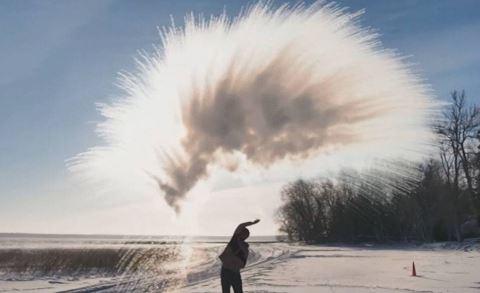 «Le défi de l'eau bouillante» du vortex polaire envoie 8 personnes à l'hôpital à Chicago