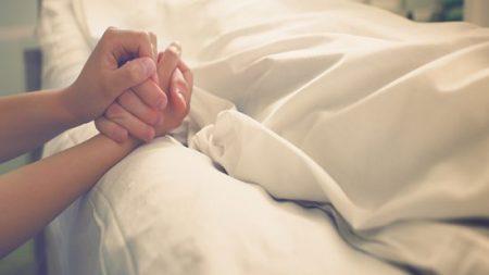 Le cœur brisé, elle dit «au revoir» à son mari mourant avec une émouvante interprétation de «Amazing Grace»