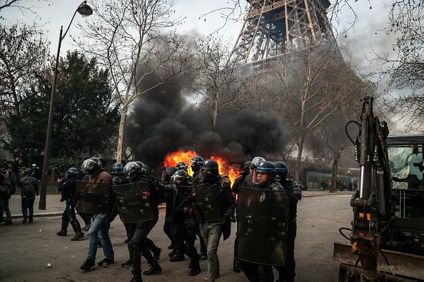 VIDÉO – La Porsche de Christian Etchebest incendiée à Paris lors de l'acte XIII des «gilets jaunes»