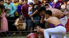 Vietnam: au festival de Vat Cau, des athlètes se disputent une grosse balle en bois