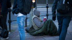 Une femme de 72 ans filmée en train de distribuer de la nourriture chaude à des sans-abri sous un froid glacial