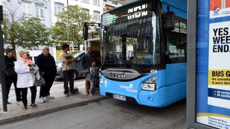 Un chauffeur d'autobus fait descendre tous les passagers parce qu'ils refusent de faire de la place à une personne en fauteuil roulant