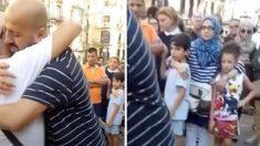 Un musulman offre des câlins gratuits au milieu d'une place publique occupée