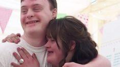 Un homme et une femme porteurs de la trisomie unissent leur amour lors d'un mariage magique sur le thème des licornes