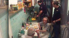 Des policiers bienveillants cuisinent des pâtes pour un couple de personnes âgées étant seules et ayant été entendues en train de pleurer bruyamment