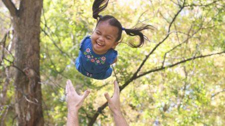 Un couple de l'Utah adopte un bébé philippin sans membres, et leur vie n'est plus jamais la même