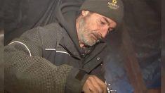 Un vétéran de la Marine des États-Unis a vécu dans les bois pendant 11 ans et trouve enfin un foyer chaleureux grâce à une organisation locale