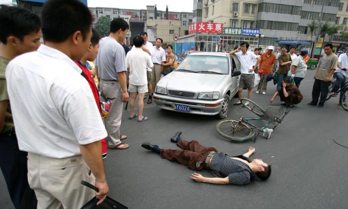 Un homme âgé fonce dans une voiture garée pour simuler un faux accident de la circulation