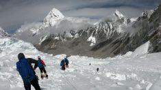 La fonte des glaciers sur l'Everest expose les corps de grimpeurs morts