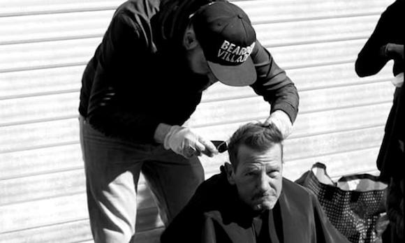 Un coiffeur-barbier offre un «moment d'humanité aux personnes de la rue»