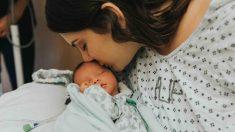 Une mère de 19 ans avec une tumeur cérébrale a réussi à rester en vie après son accouchement: «La mort survient en un clin d'œil»