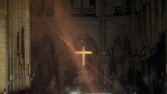 Acclamé comme un héros : un prêtre français se précipite dans la cathédrale Notre-Dame en flammes pour sauver la couronne d'épines