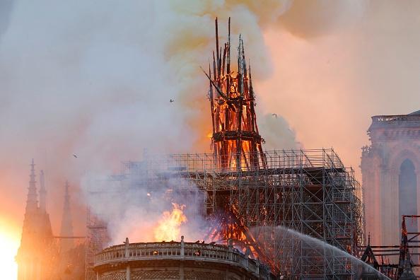 [MAJ] Incendie à Notre-Dame de Paris: la flèche s'est effondrée, les pompiers sont impuissants